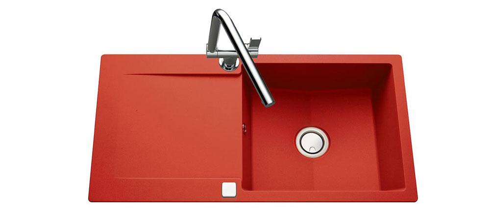 Décorer simplement sa cuisine avec un évier rouge