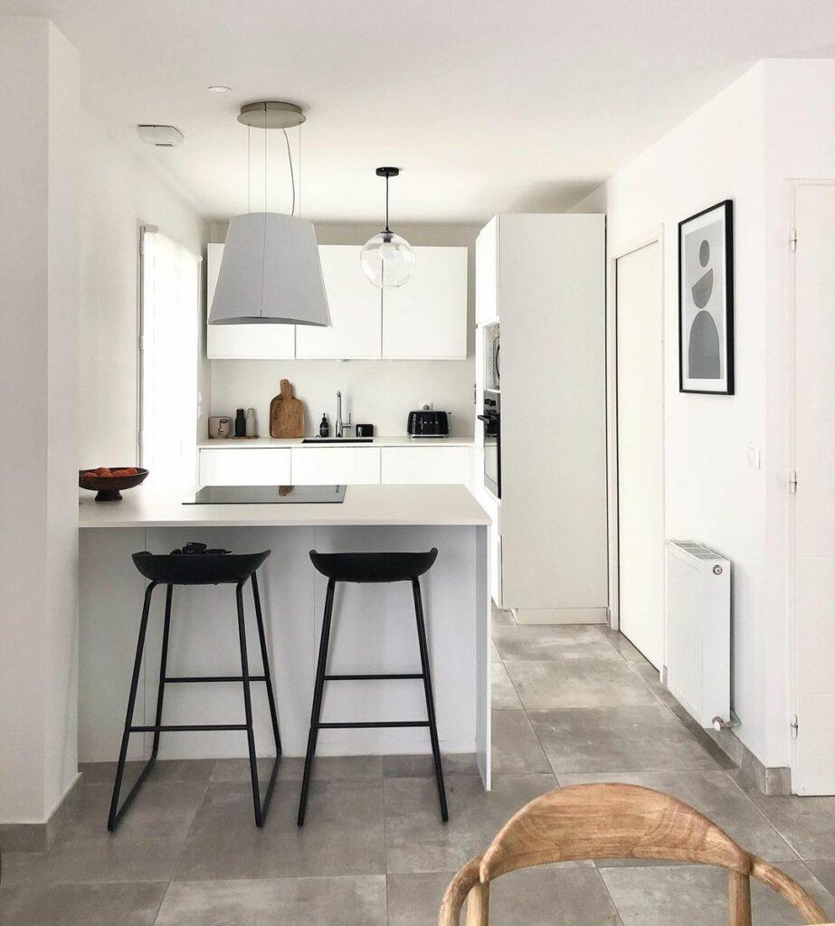 Cuisine minimaliste : faire le choix des couleurs sobres. Ici une cuisine toute blanche.