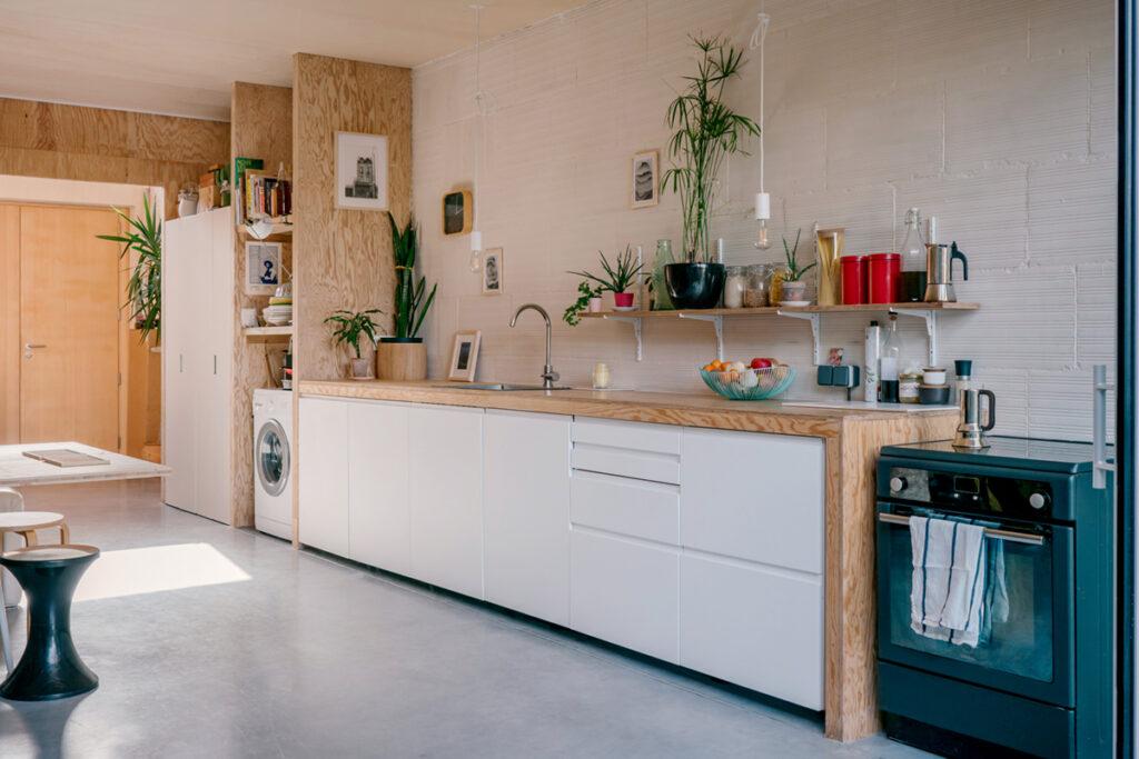Cuisine petit prix : meubles bas en bois et mélaminé blanc.