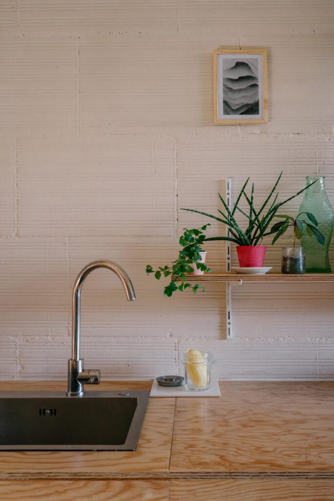 cuisine petit prix : zoom sur le plan de travail en bois et l'évier en inox.