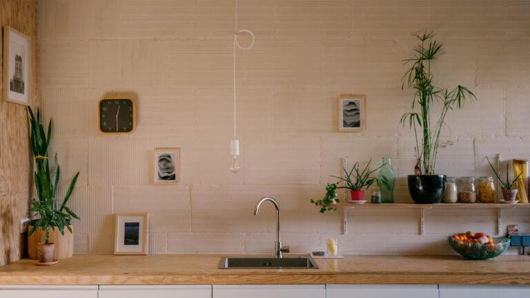 cuisine meuble bas en bois et mélaminé blanc devant un mur en brique peint à la chaux