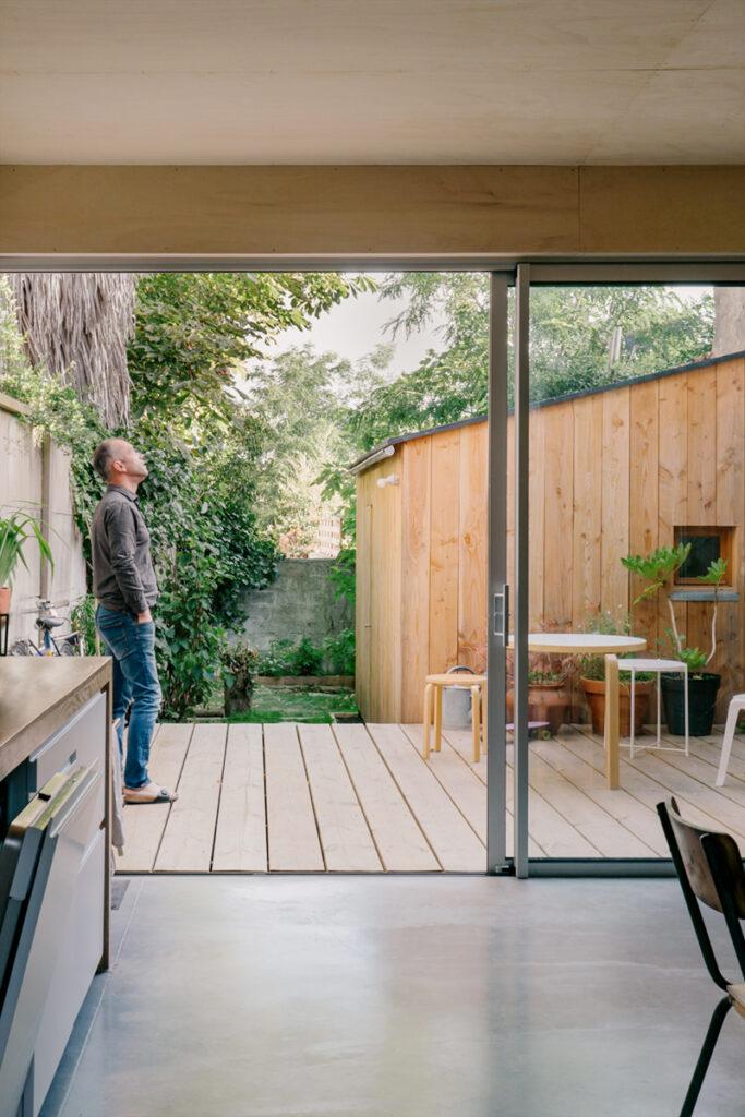 Cuisine petit prix : une cuisine ouverte sur l'extérieur avec une grande baie vitrée et une terrasse.