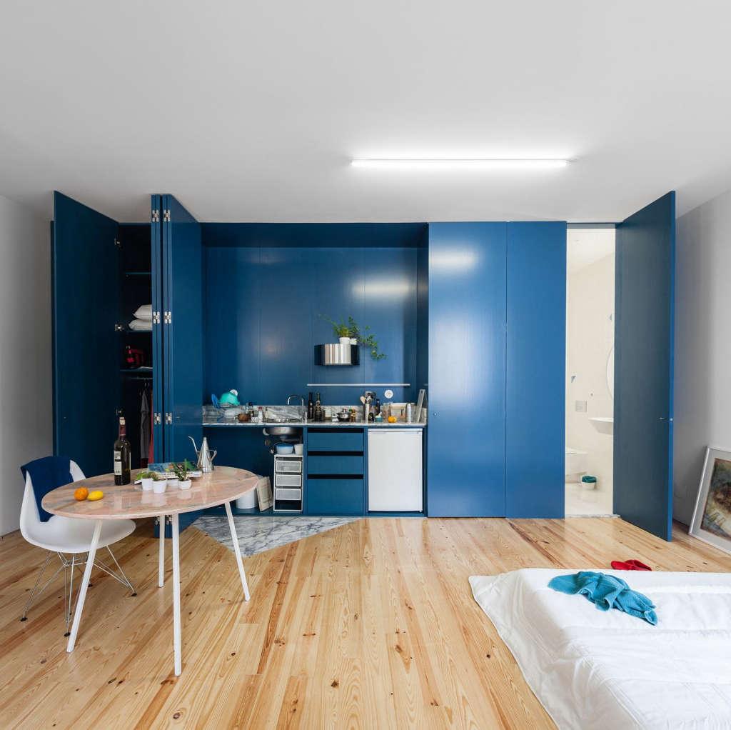 cuisine placard : des murs bleu roi pour apporter de la couleur à son intérieur