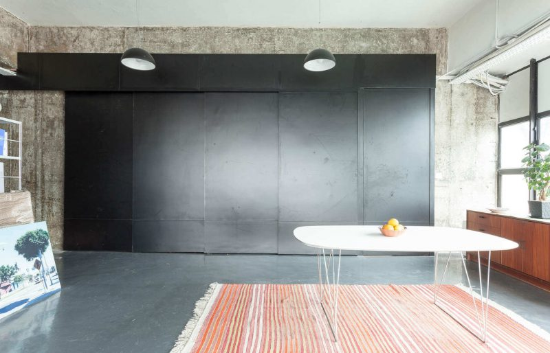 cuisine cachée : installer des cloisons coulissantes en métal noir pour cacher sa cuisine