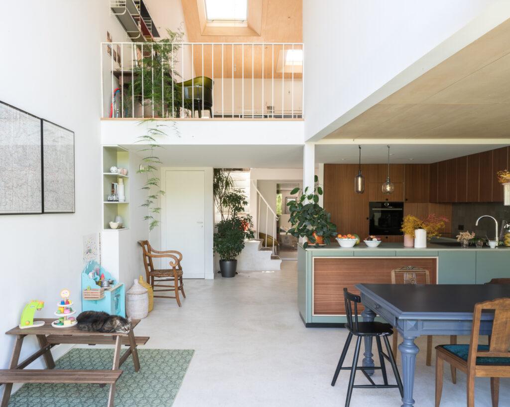 Une cuisine en rez-de-jardin, très ouverte sur la pièce de vie et l'ensemble de la maison.