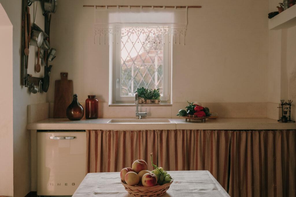 La cuisine est  pensée dans des ton de beige et de blanc. Un effet très naturel ponctué par des éléments de décorations dans les tons bois, ocre, marron, ...